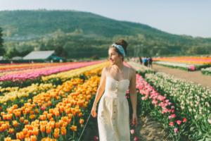 チューリップ畑と女性